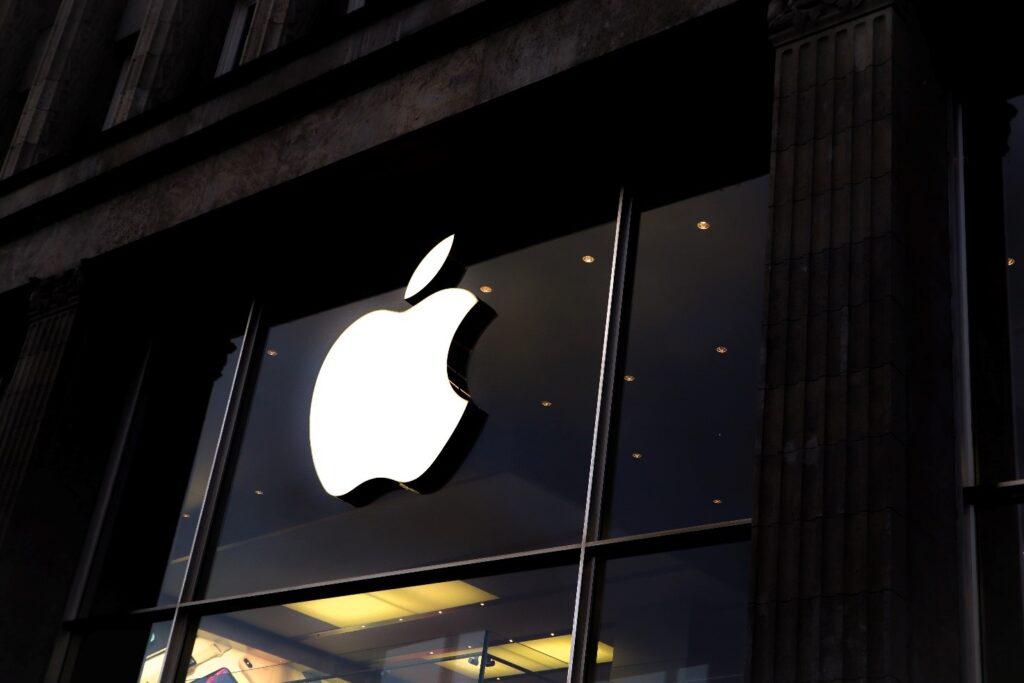 logo apple sulla facciata di un edificio