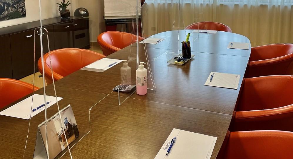 tavolo con poltrone nella sala riunioni del Majestic